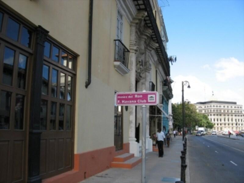 博物館はサン・ペドロ通りに面しています。
