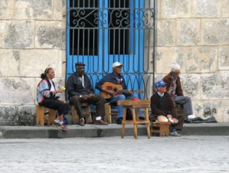 ハバナ旧市街の至るところで、生バンドが演奏をしています。