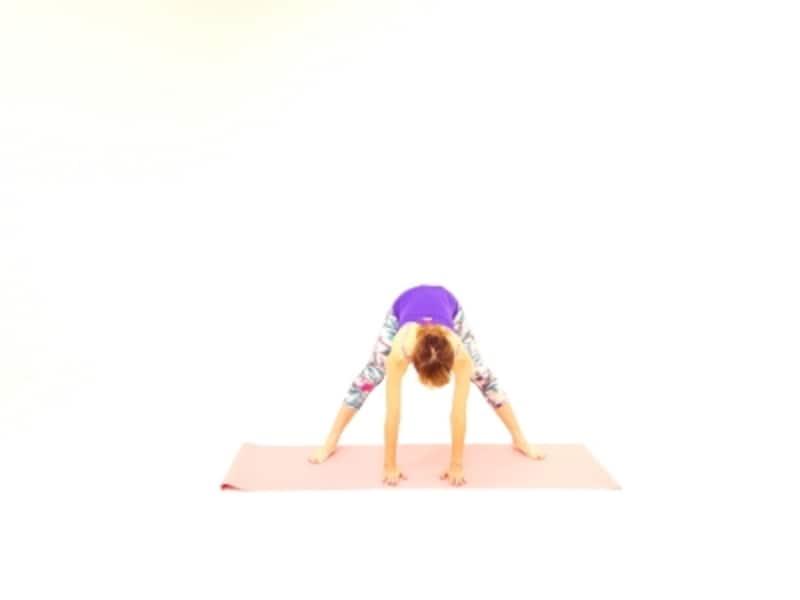 メタボアップストレッチ下半身引き締め1undefined足を大きく開き、両手を床につけて体の裏側をのばします