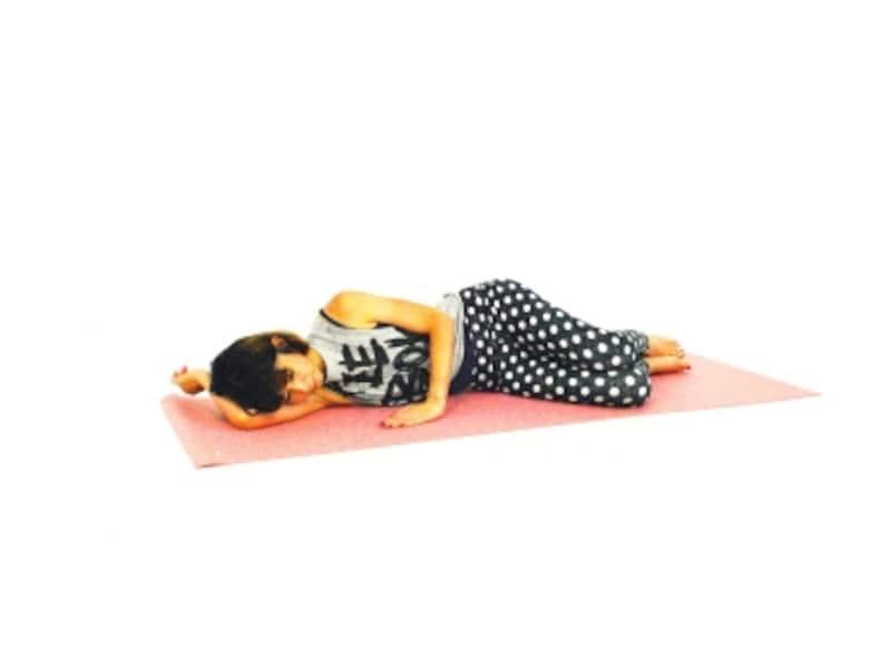 上向きヒップエクササイズ1undefined横寝になり、両膝を曲げます。