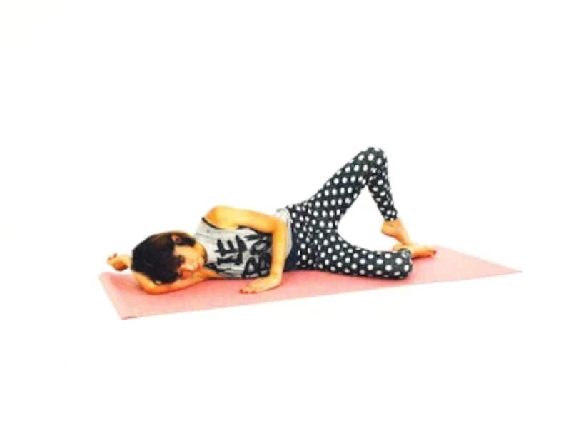 上向きヒップエクササイズ2undefined上に乗っている膝をゆっくり後ろに押し出し、臀部を刺激します