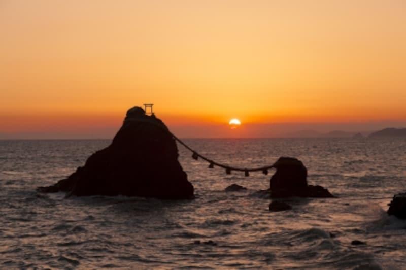 夫婦岩の間から朝日が昇る二見浦。夏至の神秘的な情景です