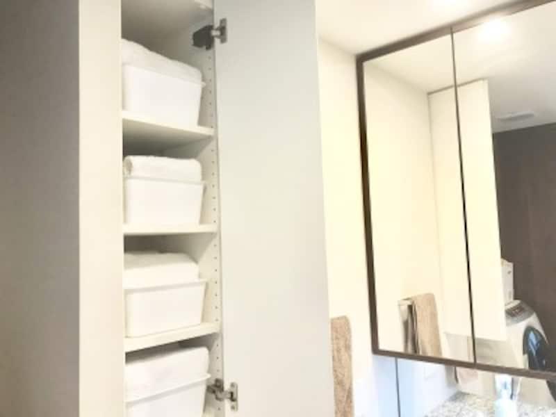 100均の収納ボックス活用実例:洗面所のリネン庫内に利用して奥の物も取り出しやすく