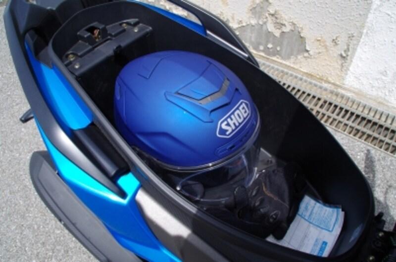 シート裏にクッション材がついているのでヘルメットに傷は入らないようになっている
