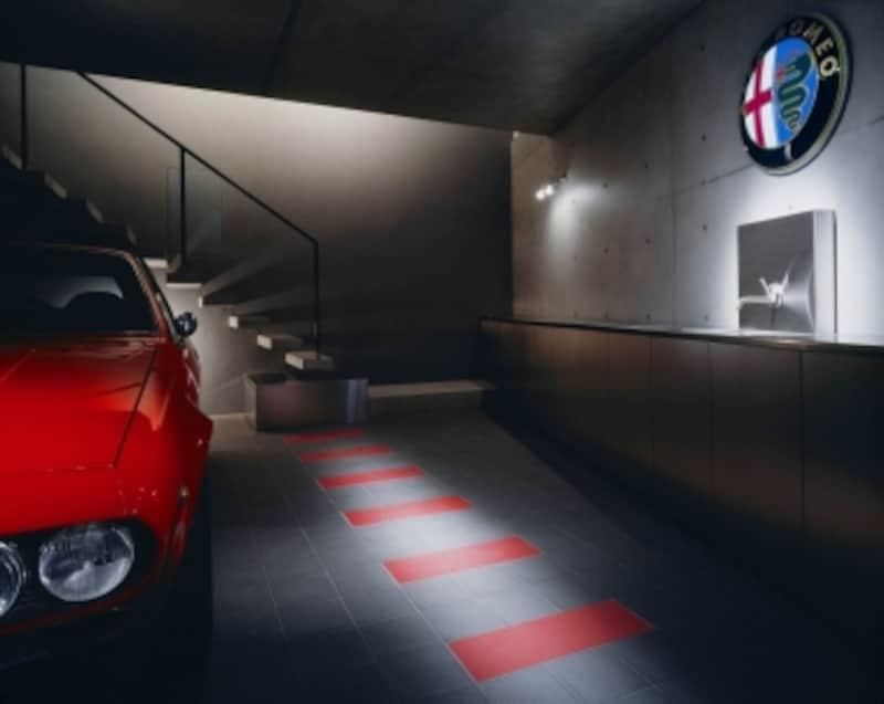 自宅ガレージで愛車を眺めながら過ご筒井す。カーガイにとっては、何ものにも代えがたい至福のひととき。写真提供:筒井紀博空間工房/撮影:中道undefined淳