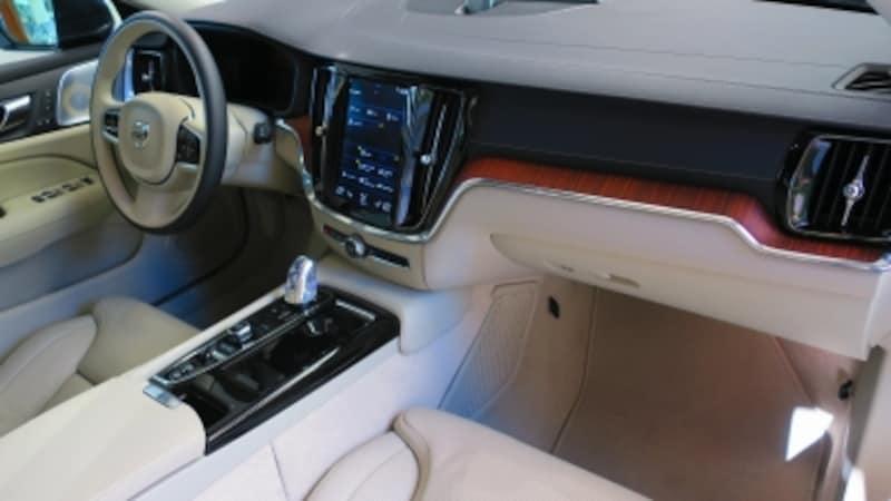 試乗車のコックピットはホワイトを基調とした鮮やかなデザイン