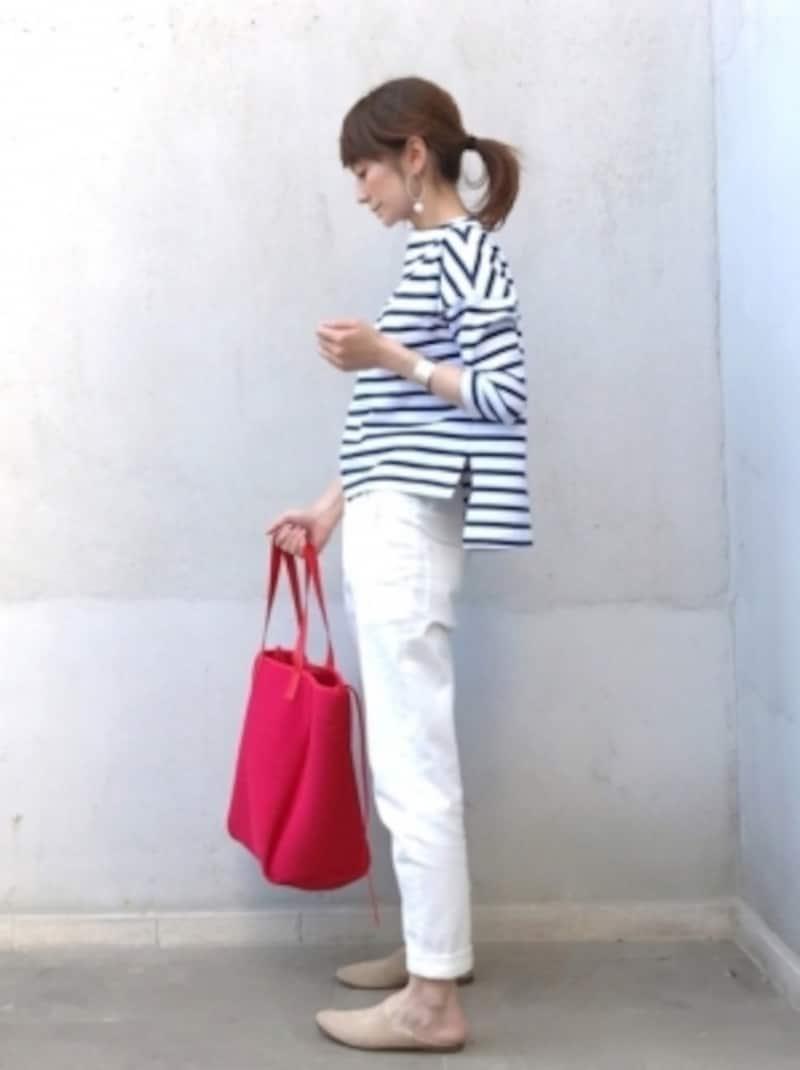 ジャストサイズの白パンツは差し色でアクセントを作って