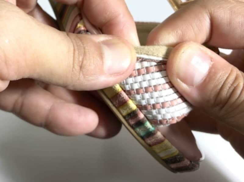 指がしっかりと入るなら、外側に折り曲げながら伸ばす