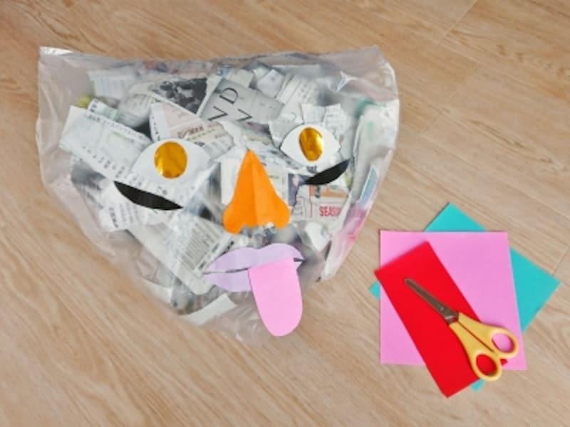 新聞紙が入ったゴミ袋のおばけを工作
