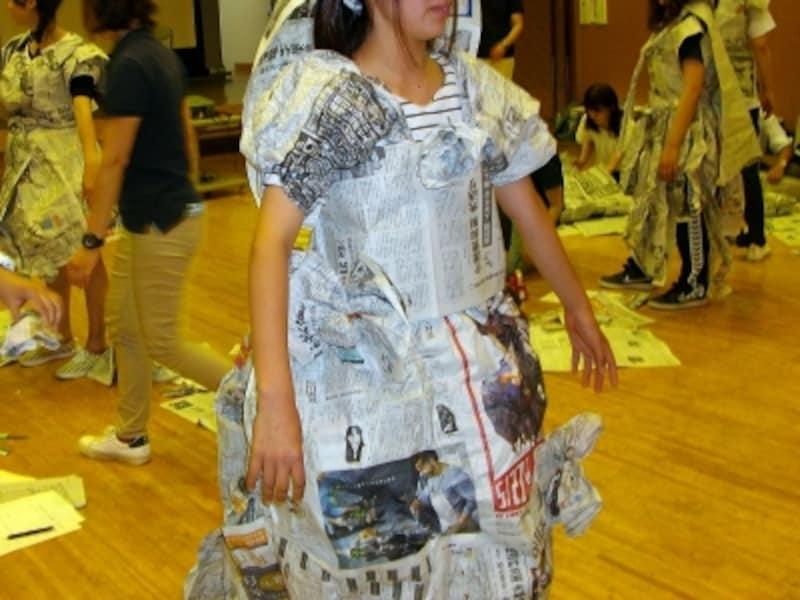 幼稚園の先生が新聞紙で衣装を作っているところ