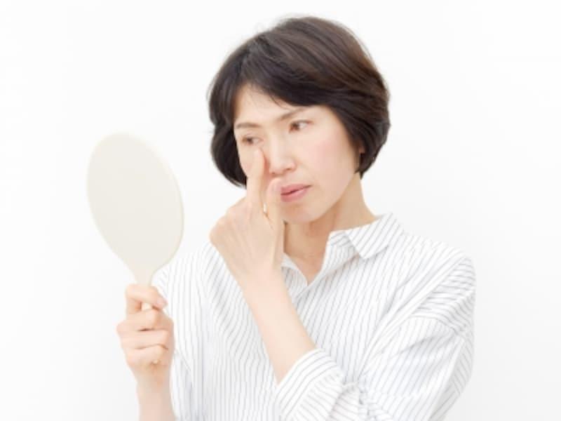 鏡を見る50代女性