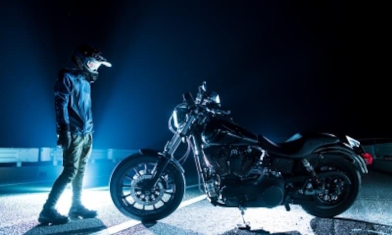 マッシブなハーレーにスポーティなエッセンスを加えるオフロードヘルメットというチョイス、ぜひチャレンジを!