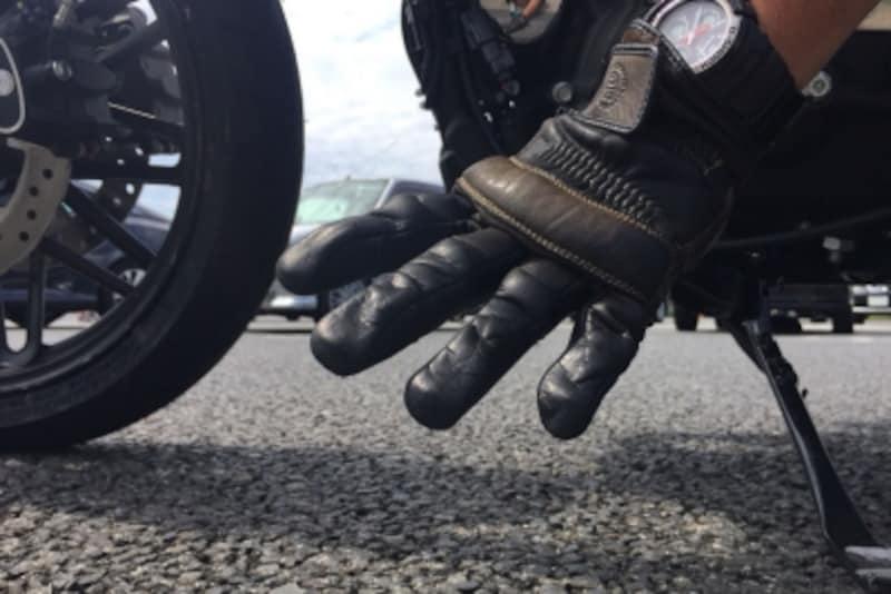 万が一のバイク転倒時、とっさに出る手が素手だと大変なことに。