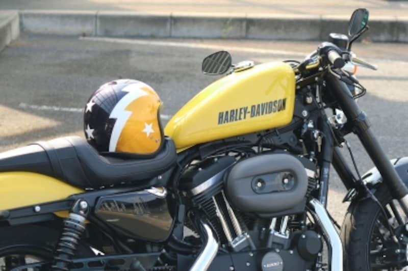 バイク乗車時の必須アイテム、ヘルメット。バイクのカラーリングと合わせるとコーディネートに統一感が出る。