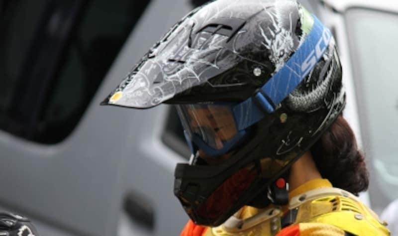 別体の専用ゴーグルと組み合わせて使うタイプのオフロードヘルメット