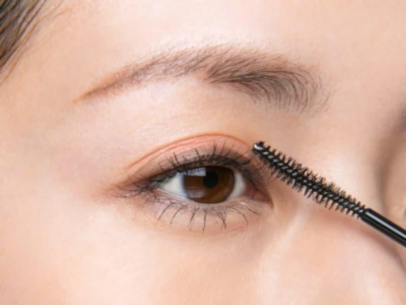 目頭側のまつ毛は顔の中心を向くように塗る