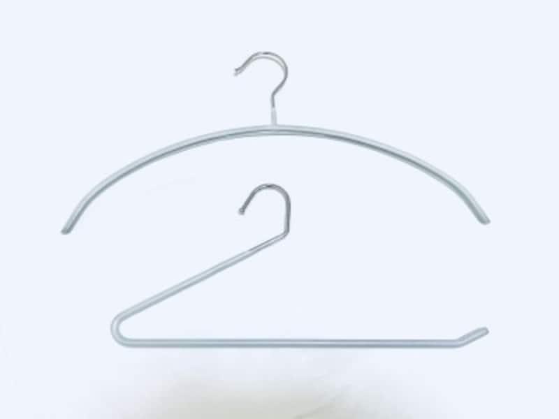 クローゼットの収納おすすめグッズ:ニトリの滑りにくいアーチ型ハンガーとスラックスハンガー