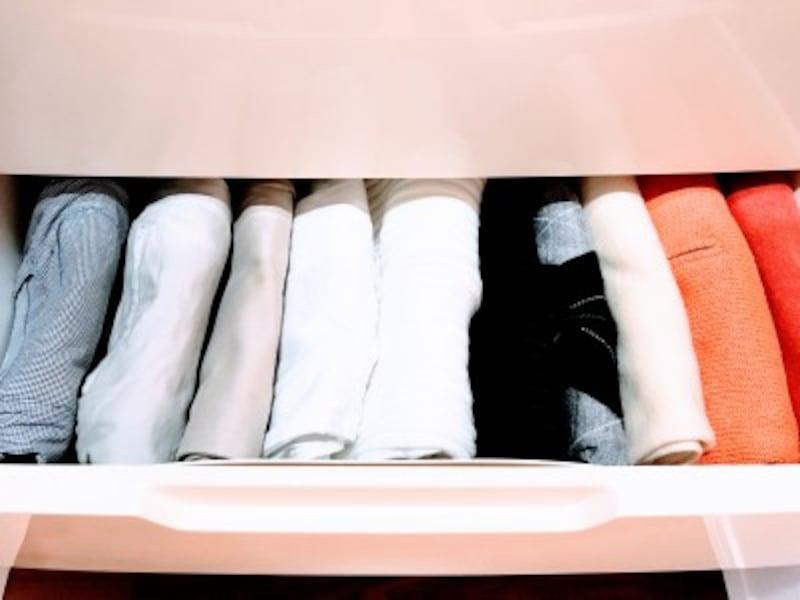 クローゼットの引き出し収納実例:上から見て、すべての服がすべて見渡せるよう、立てて収納