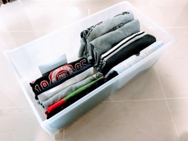 クローゼットの引き出し収納実例:小さめの子ども服は前後2列に並べて収納。手前に今着ている物、奥には季節外の物