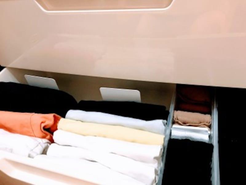 クローゼットの引き出し収納実例:立てて畳んだ物が崩れてくるのを防ぐために、ブックエンドを入れると衣類が少ない場合でも、衣類が崩れないのでおすすめです