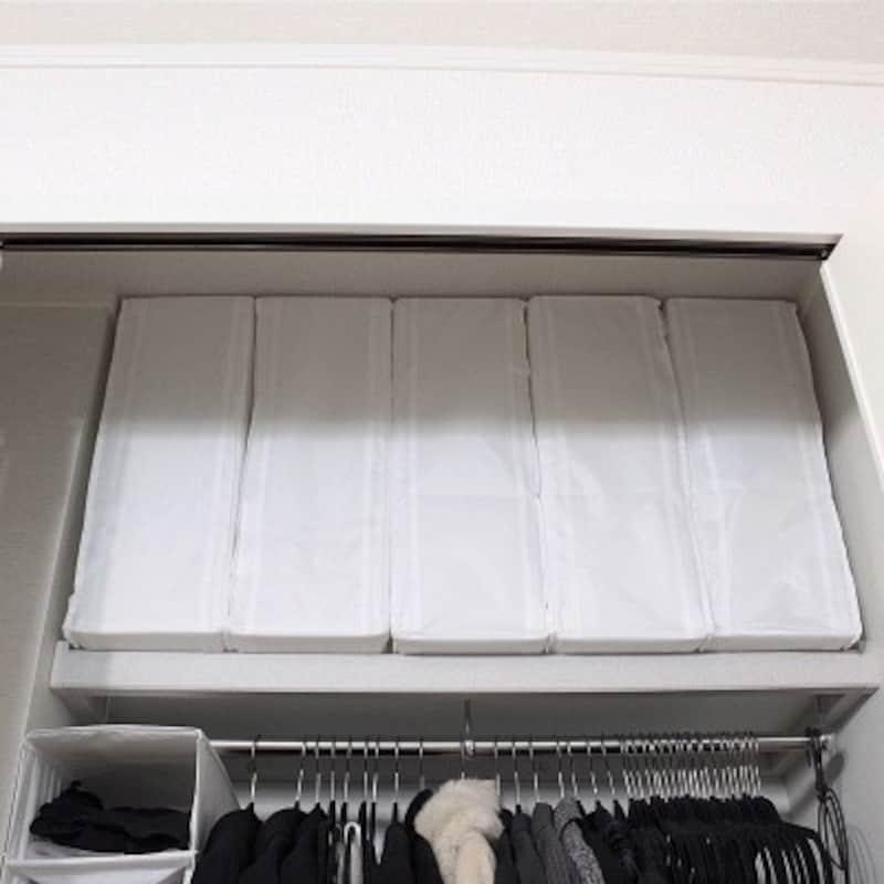 クローゼット収納実例:かさばる布団はIKEAのSKUBB収納ケースでスッキリ収納(出典:Roomclip「マジメに家pic/イケア/脱しましま/クローゼット収納/整理整頓/IKEA…などのインテリア実例-Macaroniの部屋-」)