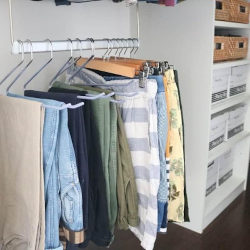 クローゼット収納実例:ハンガーブランコの活用でデッドスペースを作らない(出典:Roomclip「ラタンボックス/プレンティーボックス/スラックスハンガー/洋服/ブランコハンガー…などのインテリア実例-411.kaoriiiiの部屋-」)