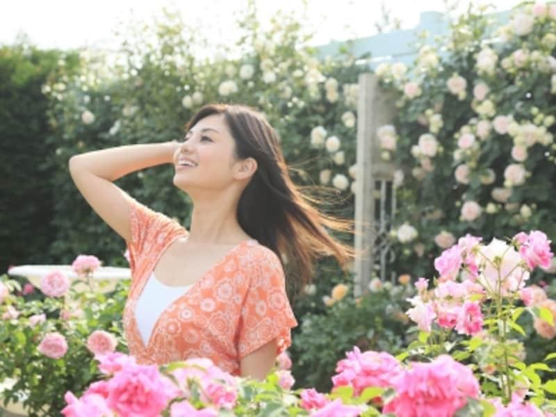 スプリング(春)の人は、明るく華やかな笑顔が似合う、キュートで親しみやすい雰囲気を持っています
