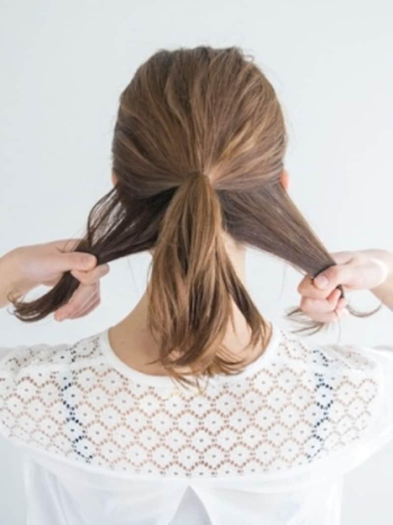 ポニーテールを作り、耳下の髪を分ける