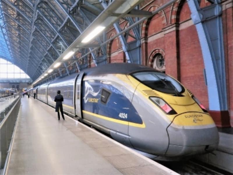 ロンドン・StPancras駅で出発を待つユーロスター。海底トンネルを通ってパリまでわずか2時間半。ユーレイルパスで乗車できる(要座席予約)