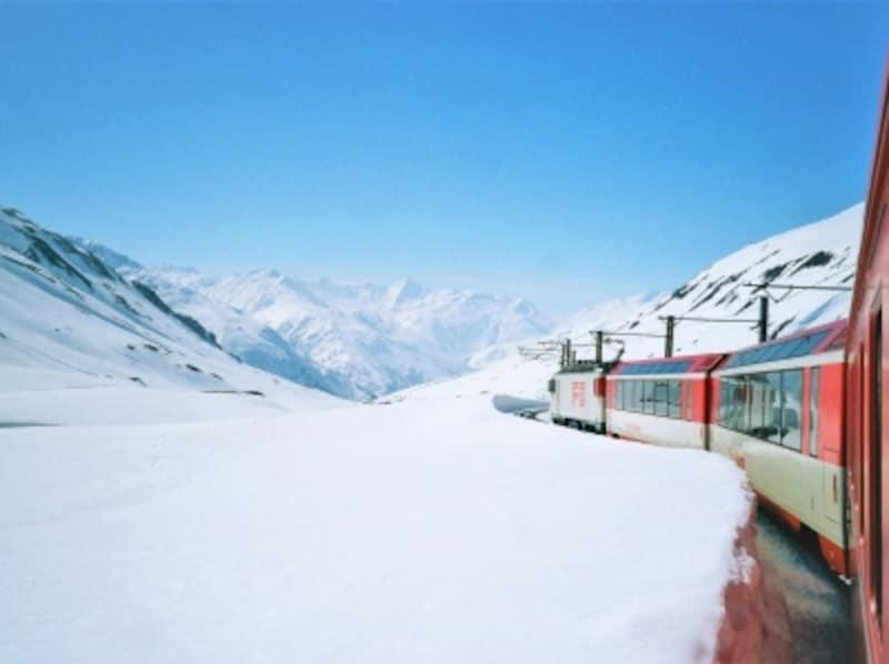 """""""世界一遅い特急列車""""との愛称を持つ「氷河特急」。スイスアルプスの山の中を横断する絶景の旅。ユーレイルパスで乗車できる。"""
