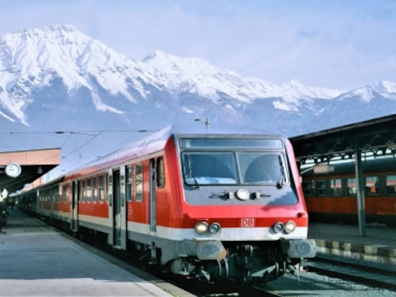 アルプスの名峰をバックに、インスブルック駅(オーストリア)で出発を待つドイツ鉄道の客車。ヨーロッパの旅は鉄道がおすすめ。