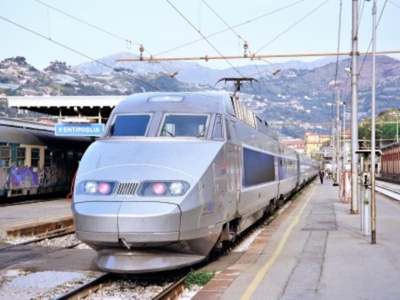 イタリアの国境駅で憩うフランスの高速鉄道TGV。パリから放射状に隣国へ路線を延ばしている。