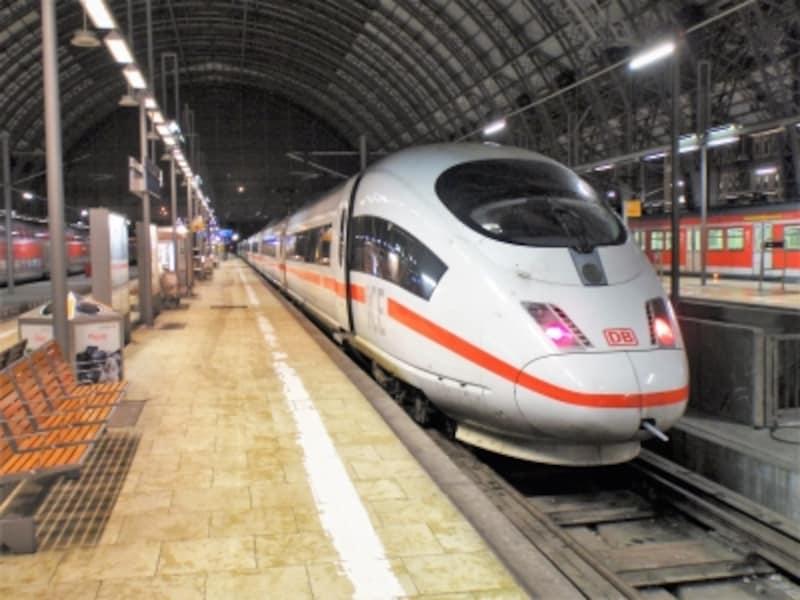 白のボディーに赤のライン、ドイツの高速鉄道ICE。実は夜行のICEも運行されている。