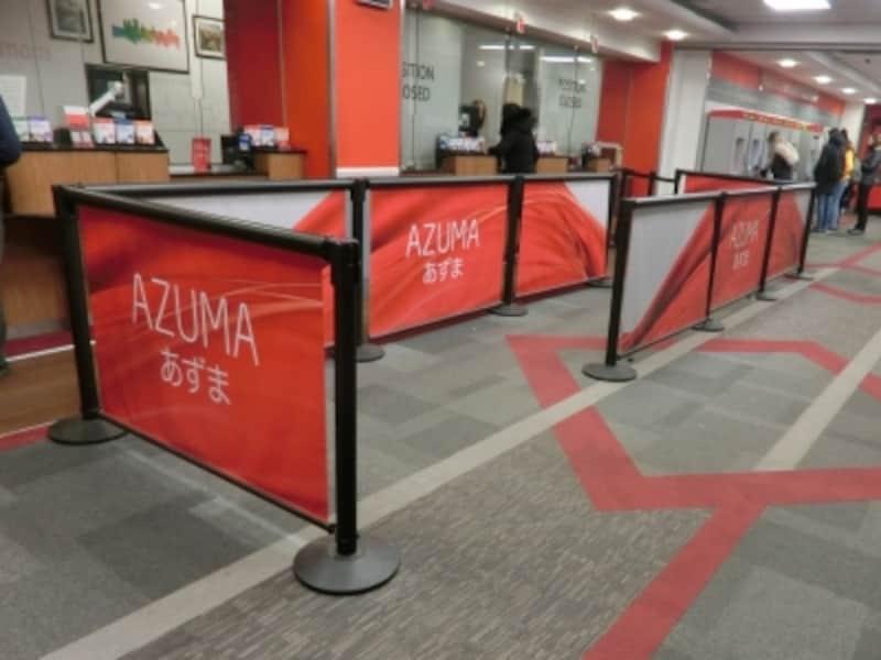 パスを利用する前にバリデーション手続きを忘れずに。エディンバラ、ウェーバリー駅の切符販売窓口。2019年、日本の技術で生まれた高速列車、「あづま(AZUMA)」が英国で走り出す!