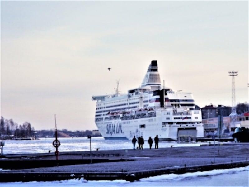 ヘルシンキ港で出航を待つストックホルム行きの豪華フェリー。ユーレイルパスで割引がある。