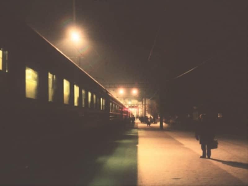 寝ている間に目的地に着ける夜行列車。移動効率が良いだけでなく、旅情も深い優れた交通手段。