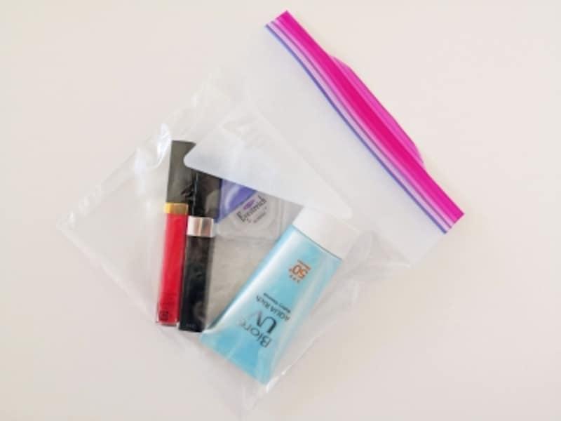 液体物はジッパー付きビニール袋へ。ジェルやクリームも液体扱いになる