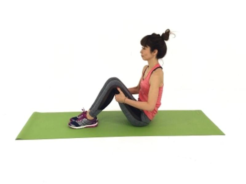 アブエクサ1undefinedドローイング状態をキープしながら、両手は膝裏に添えます。