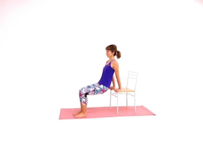 筋美女チェアエクサ1undefined椅子の縁をつかみ、膝を直角にしましょう。