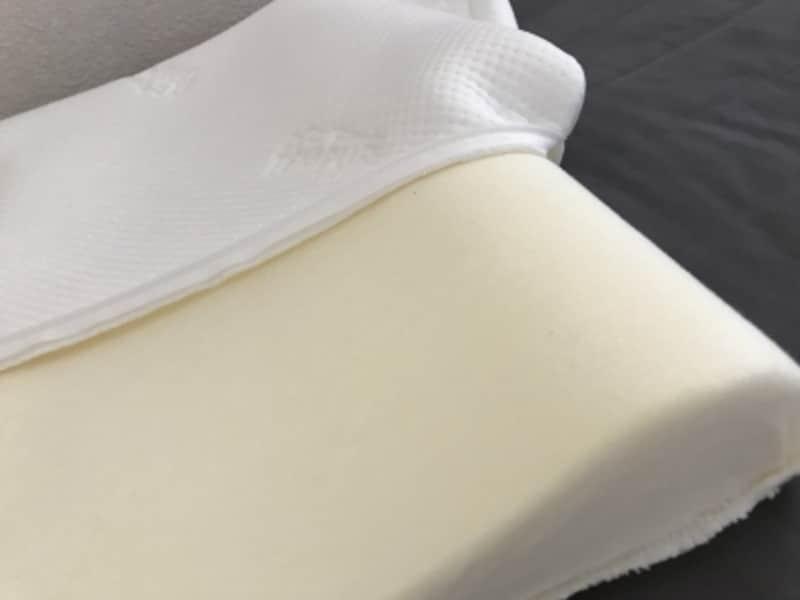 ロゴ入りの白いカバーはファスナーで着脱可能。清潔感を保ちやすいのも魅力。