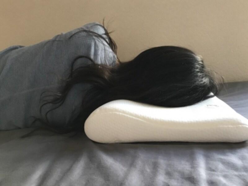 独特の曲線で首と頭を均等に支えてくれる構造。とくに横向きになったときに秀逸!