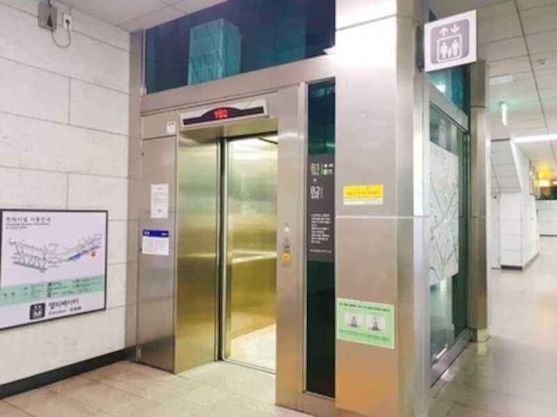 地下鉄構内のエレベーター