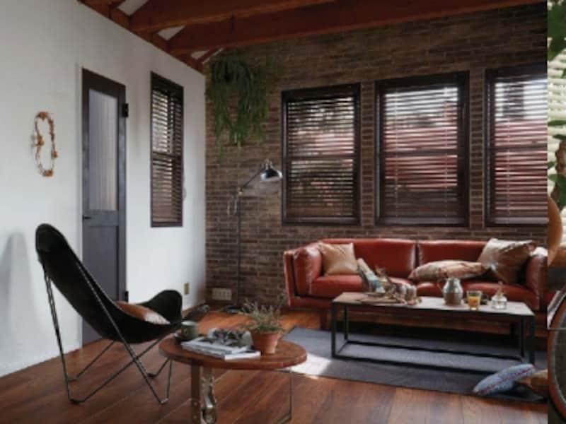 レンガと合わせた床材、モールガラスを取り入れたチャコールブラックの室内ドアで奥行きを感じる空間を。[ラシッサDundefinedヴィンティア]undefinedLIXILundefinedhttp://www.lixil.co.jp/
