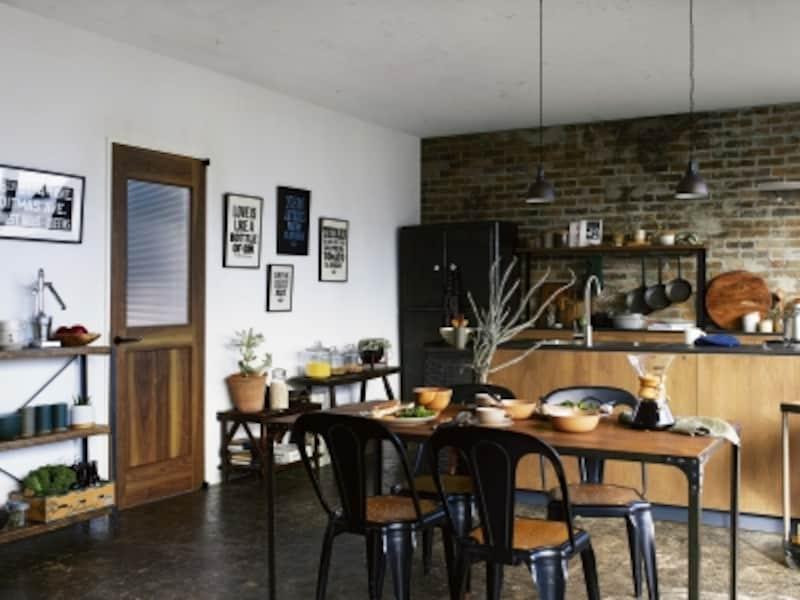 はっきりとした木目とガラスの組み合わせのアンティークな雰囲気を持つ室内ドアを取り入れ、素朴な味わいのインテリアに。[ラフォレスタFブルックリンテイスト]undefinedYKKAPhttp://www.ykkap.co.jp/