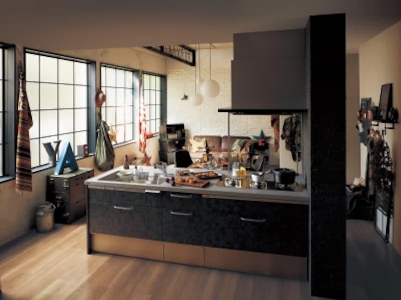 誰もが使いやすいシンプルなキッチンプラン。ダークな色合いの扉で空間を引き締めて。[ラクシーナ]undefinedパナソニックエコソリューションズundefinedhttp://sumai.panasonic.jp/