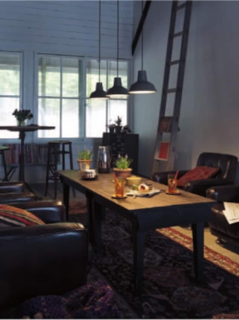 インテリアのポイントにもなるダイニングテーブルに複数の光を落とし、空間に雰囲気を。[ペンダント:LGB15021]undefinedパナソニックエコソリューションズundefinedhttp://sumai.panasonic.jp/