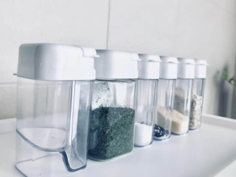 セリアのおしゃれな収納グッズ:使いやすくてスッキリ収納できるスパイスボトル