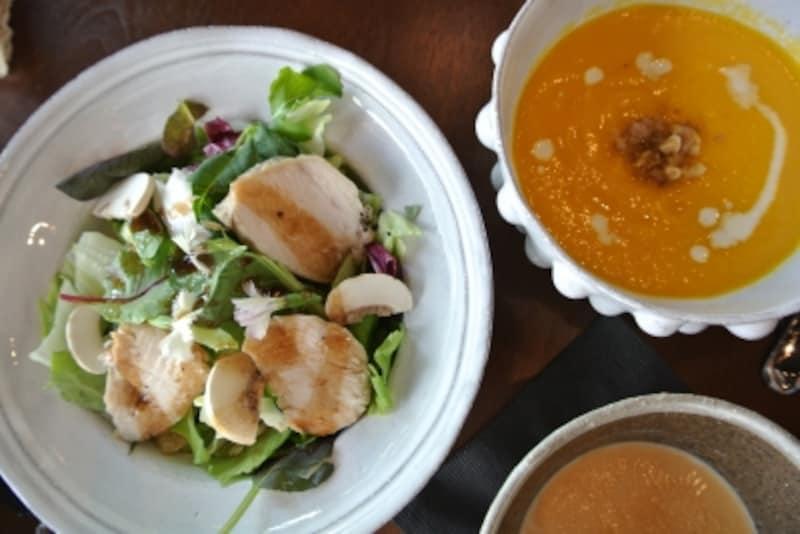 ニンジンとオレンジのスープ(日替わり)、チキンの低温ローストと季節の野菜サラダ