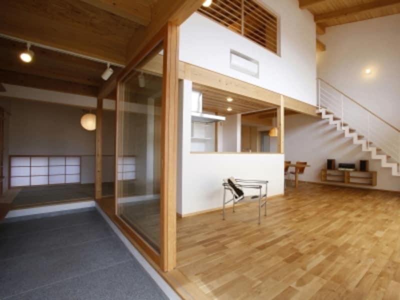 玄関の土間スペースを広めに確保して、居室空間との動線も確保。多目的に使用できる。(イメージ写真)