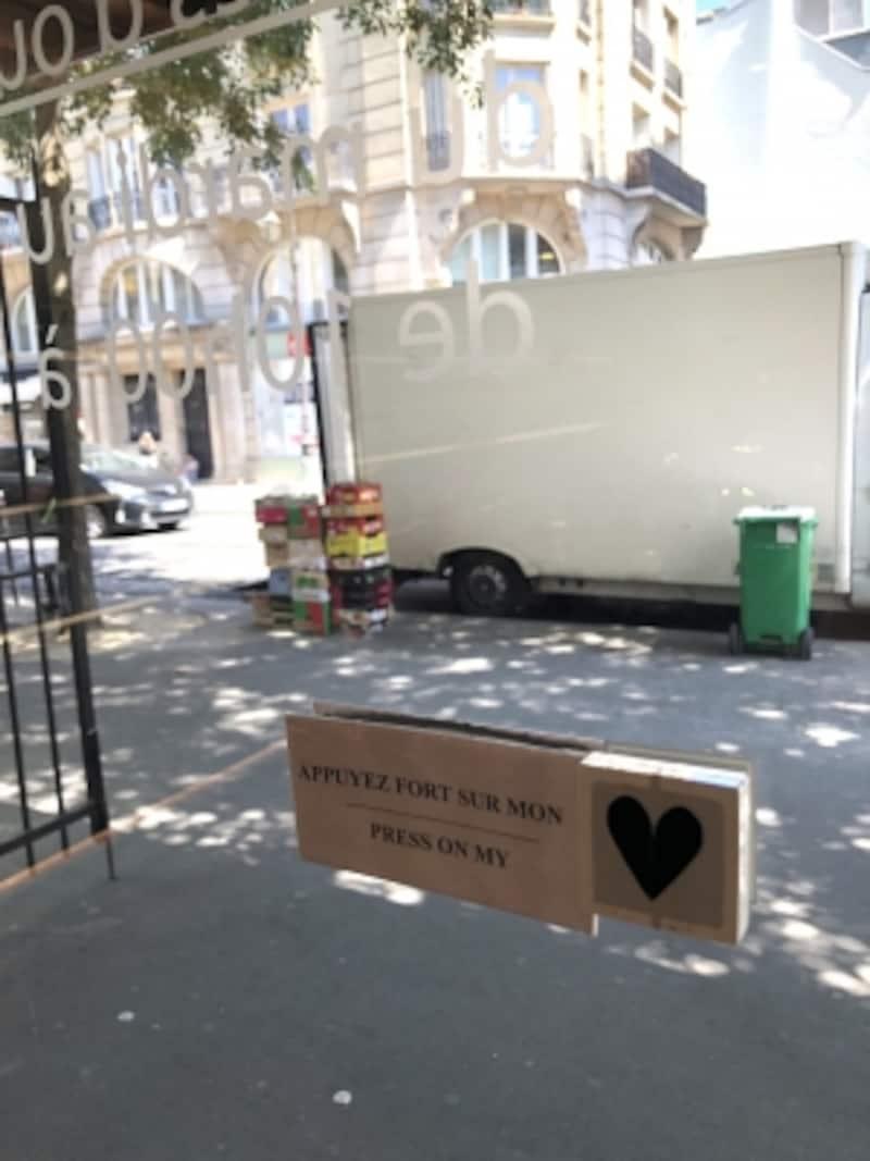 扉にも遊び心が!
